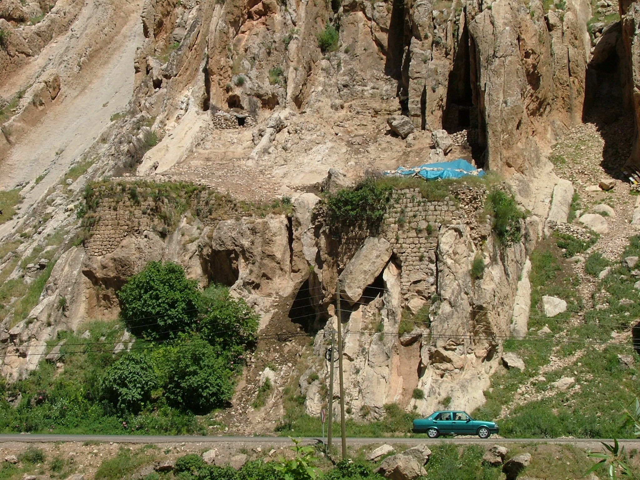 The east bank fort at the Kasrik gorge (Photo by Anthony Comfort 2005)