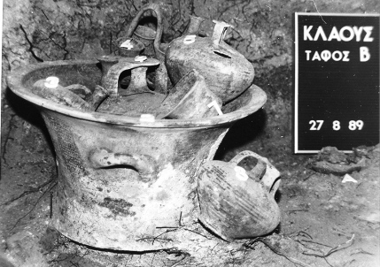 Figs 06a. Tomb B. Two-handled kalathos with five vases inside of it and one more outside, as found in the chamber.