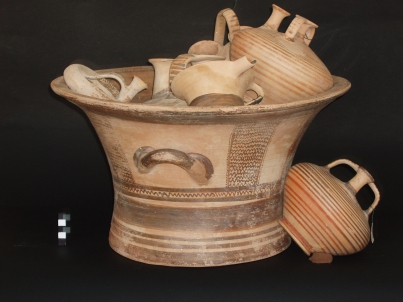 Figs 06b. Tomb B. Two-handled kalathos with five vases inside of it and one more outside, as found in the chamber.